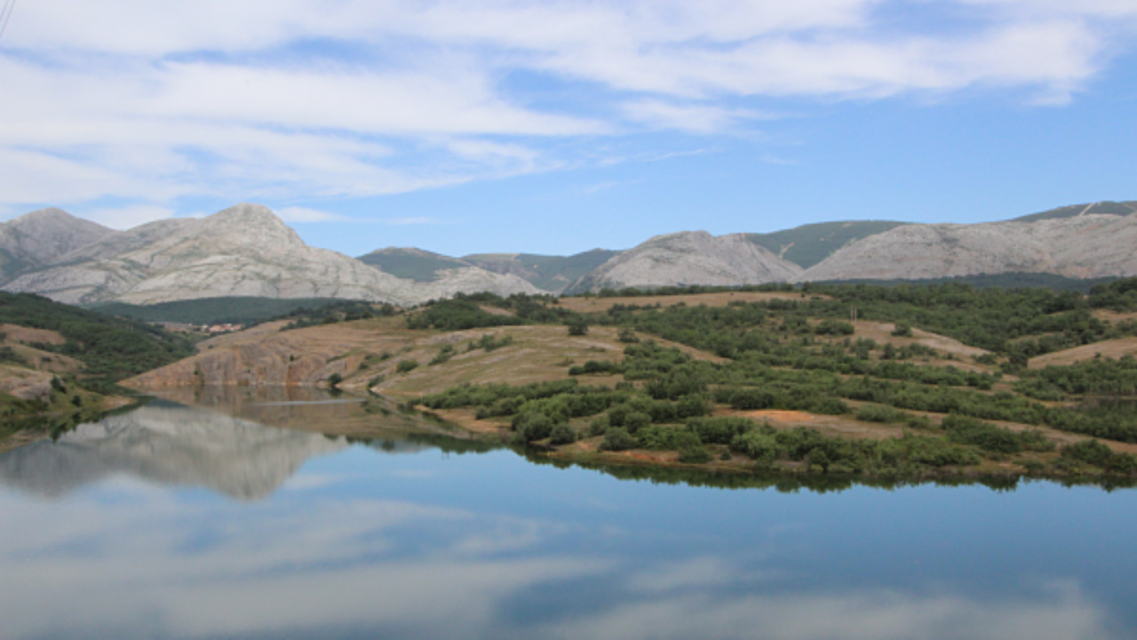 Reservoir Villalbeto, mountains of palencia